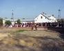 dzieci ze szkół są świadkami postawienia Pomnika Jana Pawła II